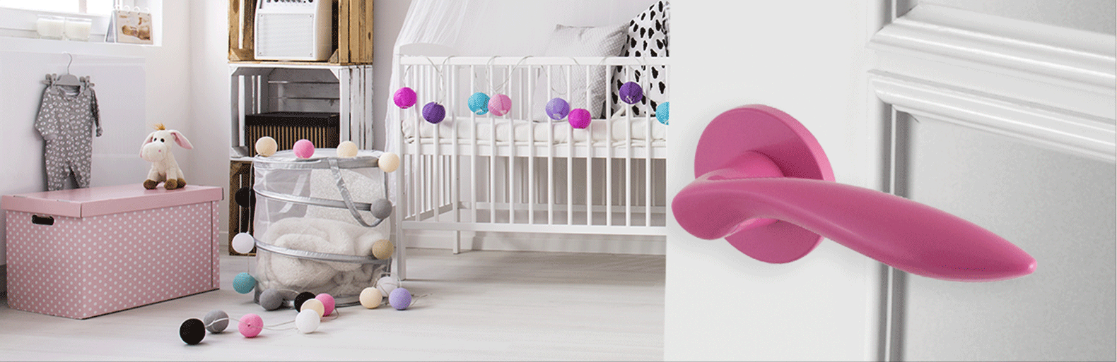 Kinderkamer met roze deurbeslag